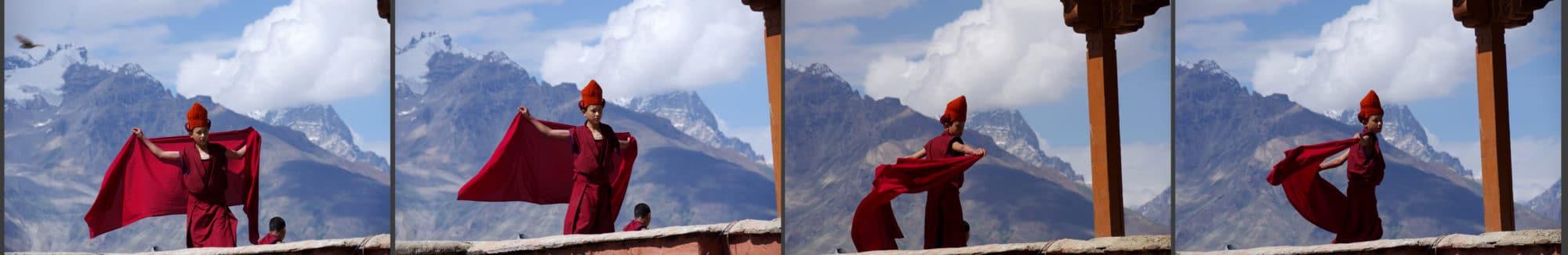 Un petit moine sur le toit du monastère à Karsha.