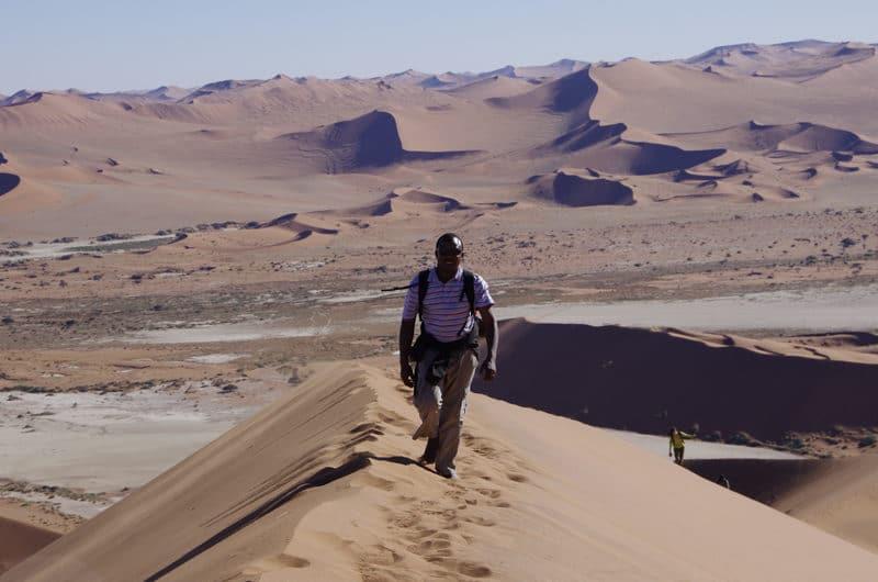Notre guide Jean gravissant la dune Big Dady à Sossusvlei.
