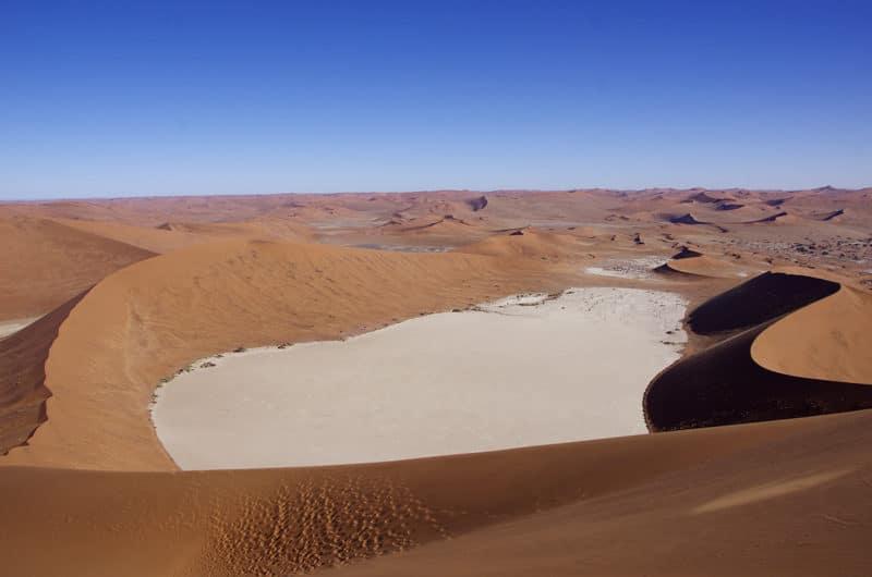 Sossusvlei la grand pan asséché depuis la dune Big Dady de 300 m d'altitude.