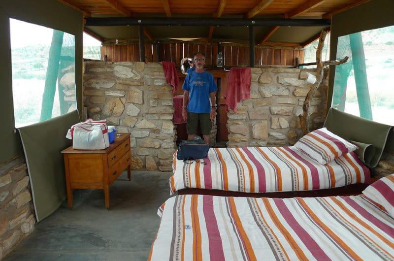 Tente au lodge. une partie des murs en dur ainsi que le toit.
