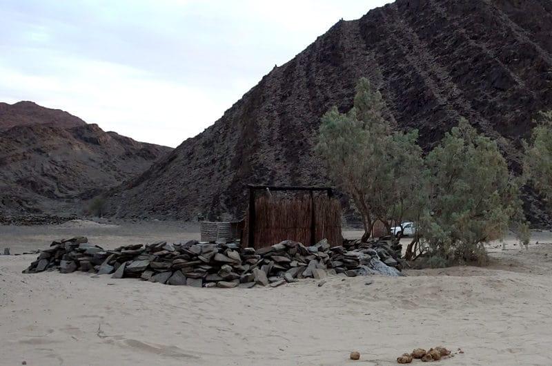 La douche entourée d'un muret de pierres pour éviter la destruction par les éléphants à Rhino Camp Site.