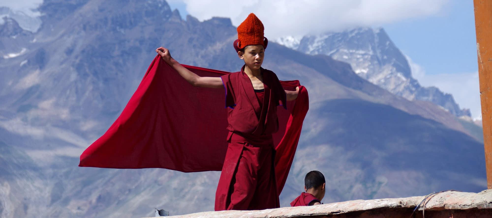 Ladakh Zanskar, Monastère de Kharsha. Un petit moine joue de sa cape avec le vent.