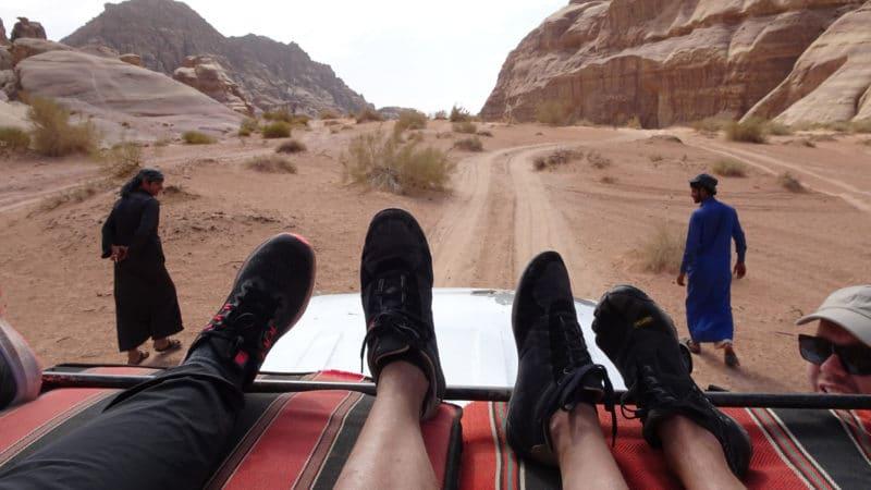 Jordanie. Mais qui pilote le 4X4 dans le Wadi Rum ?... Notre chauffeur, Ahmed à gauche et guide, Sélam, à droite marchent tranquillement.