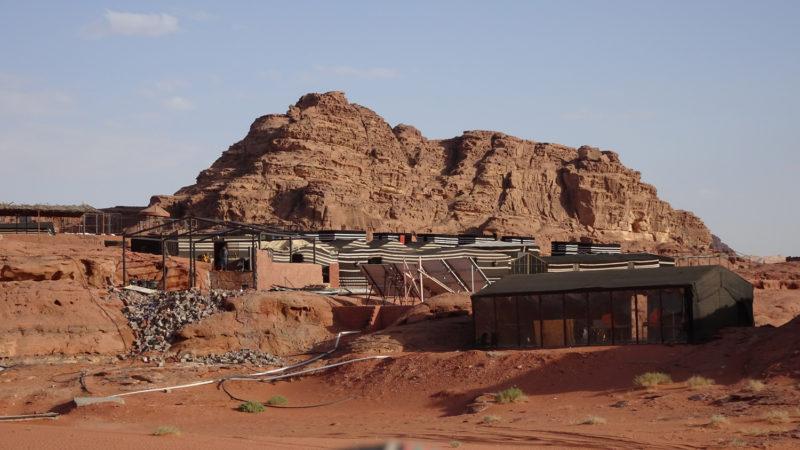 Jordanie, Wadi Rum. Les complexes touristiques envahissent peu à peu ce superbe désert.