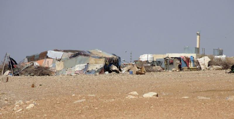 Jordanie, un camp de Bédouins proche d'un village.