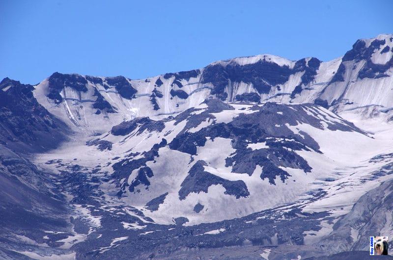 Le dôme de lave au centre du cratère égueulé du Mont St Helens.