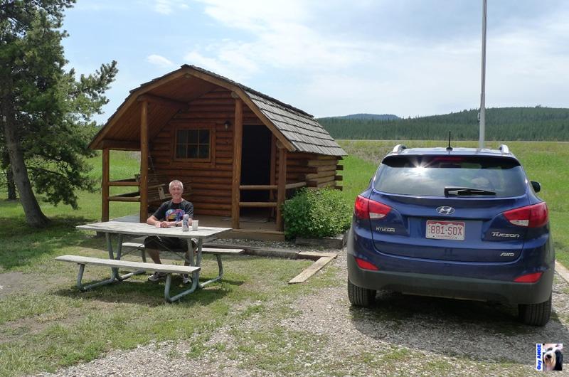 Une des cabanes sur notre parcours et notre voiture de location.