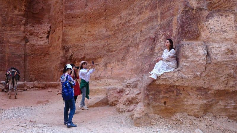 """Des touristes asiatiques photographient une """"star"""" éphémère sans se soucier de la merveille qui se trouve juste à côté."""