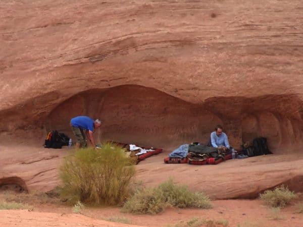 Préparation de la nuit dans un abri sous roche.