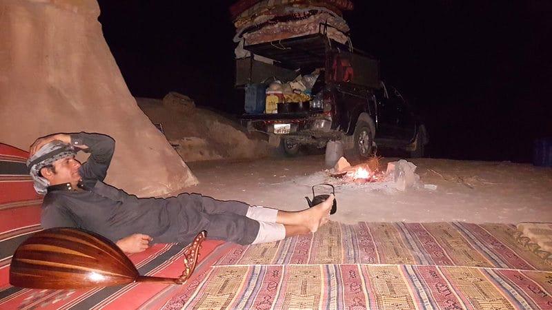 Soirée dans le désert du Wadi rum. Ahmed chante accompagné de sa guitare.