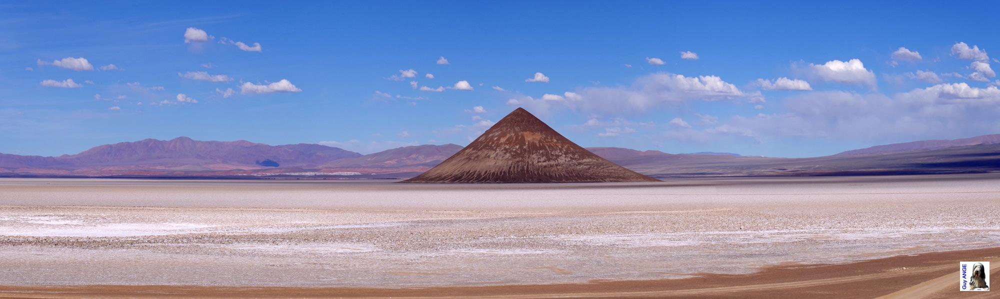 Argentine. Le cône d'Arita dans le salar d'Arizaro.