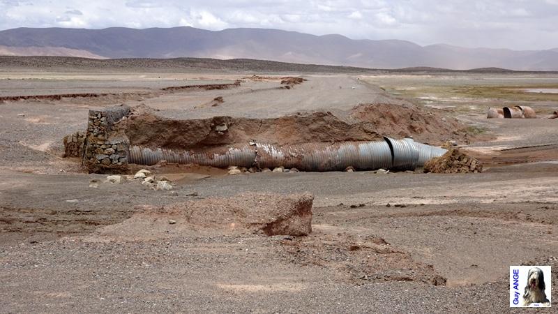 Argentine, route détériorée dans le salar d'Olaroz.