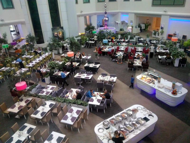 Salle de restaurant du Novotel Aéroport de Moscou.