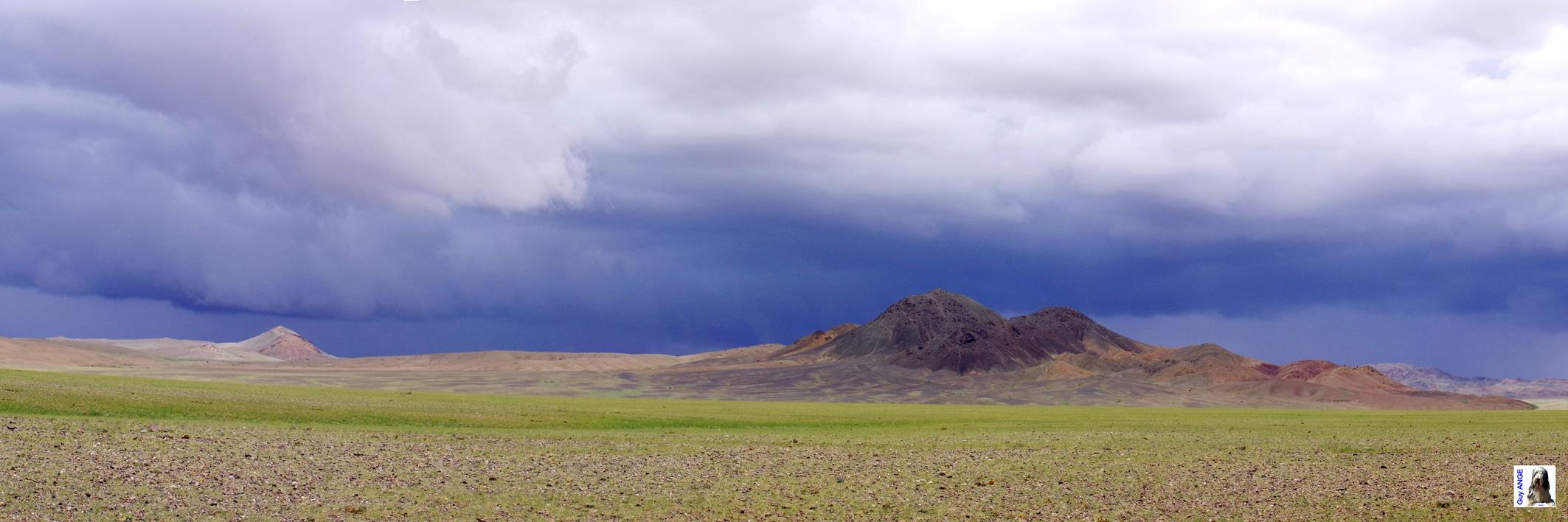 Orage menaçant en plein désert mongole.