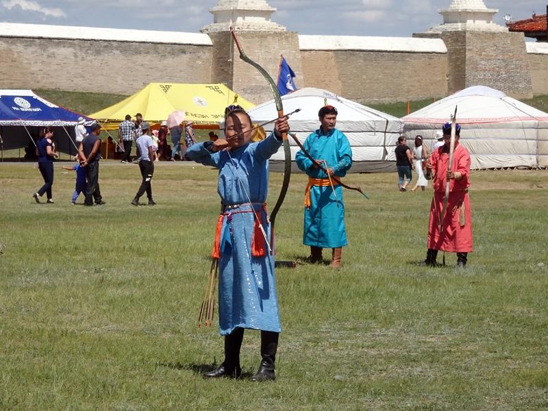 Fête du Naadam, épreuve de tir à l'arc.