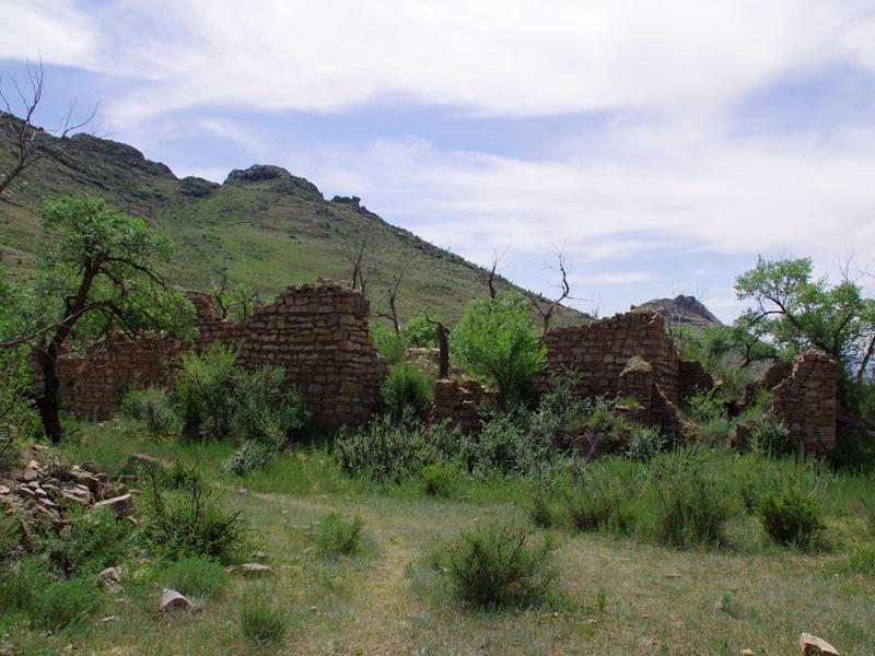 Ruines d'un imposant monastère détruit lors de la période communiste.