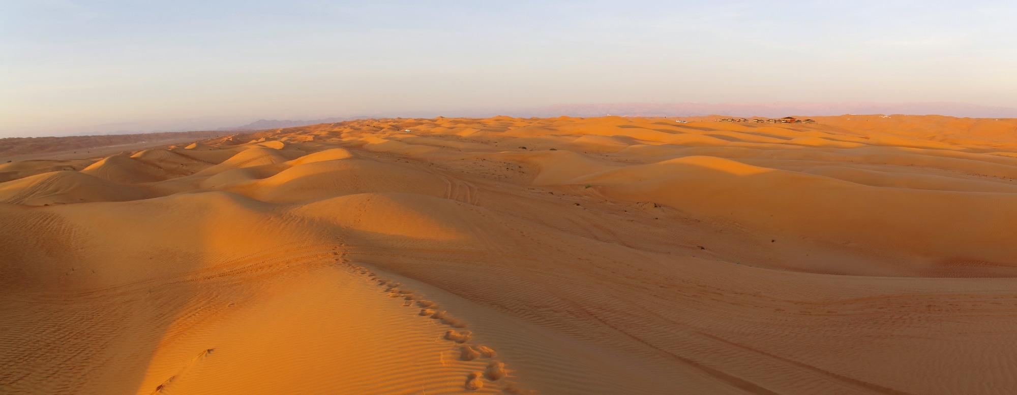 Les dunes entourant notre camp au loin sur la droite de cette photo.