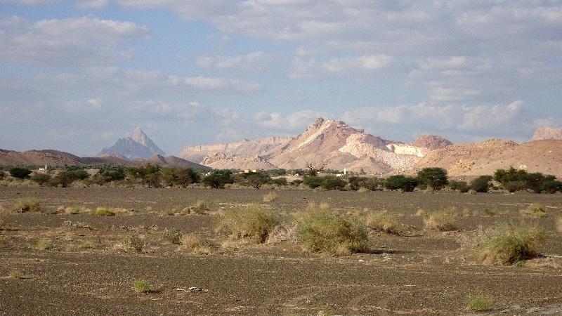 Des carrières de pierres calcaires au loin, peut être du marbre blanc.