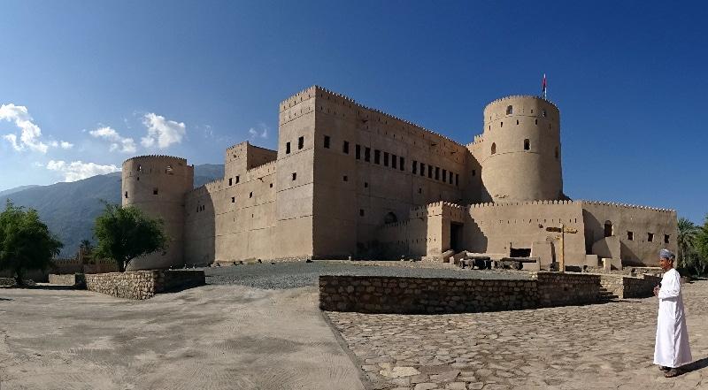 Le Château de Rustaq. Le guide nous accueille et nous donne quelques explications.