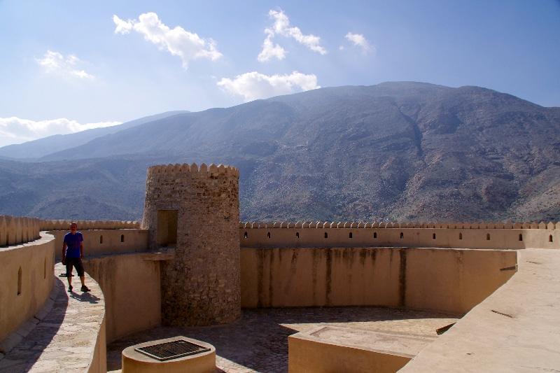 Sur les remparts du château de Rustaq entouré par les montagnes et le désert.