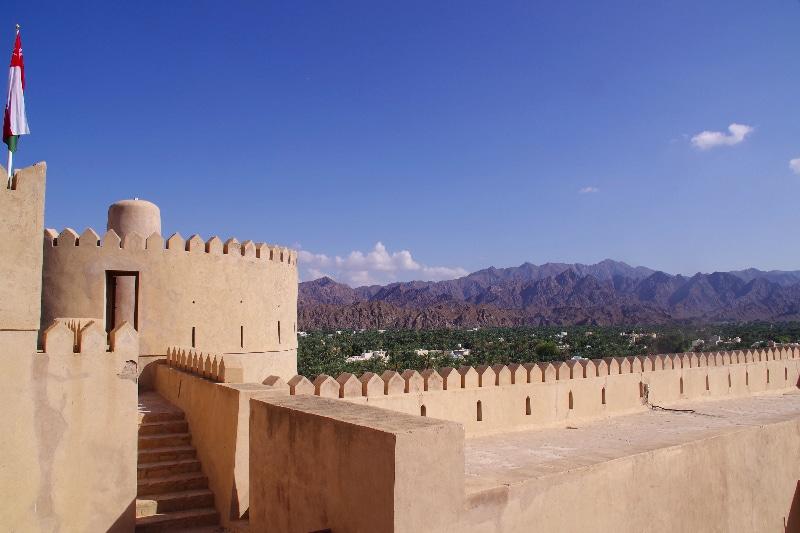 Château de Rustaq au milieu de la ville du même nom entouré d'une palmeraie.