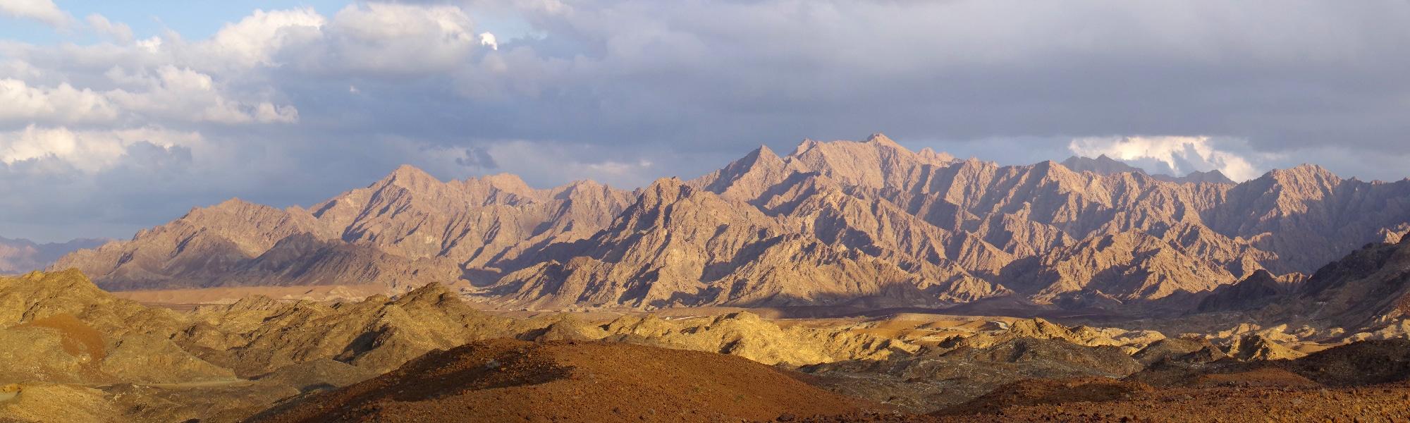 Sur notre route pour Sohar, ce magnifique coucher de soleil qui illumine le paysage désertique.