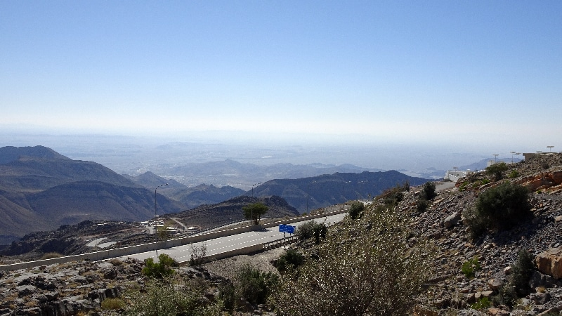 La route vertigineuse du Djebal Akhdar. Contrôle routier tout en bas.