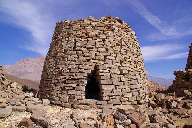 Tombes d'Al Ayn sur fond de Djebel Misht.