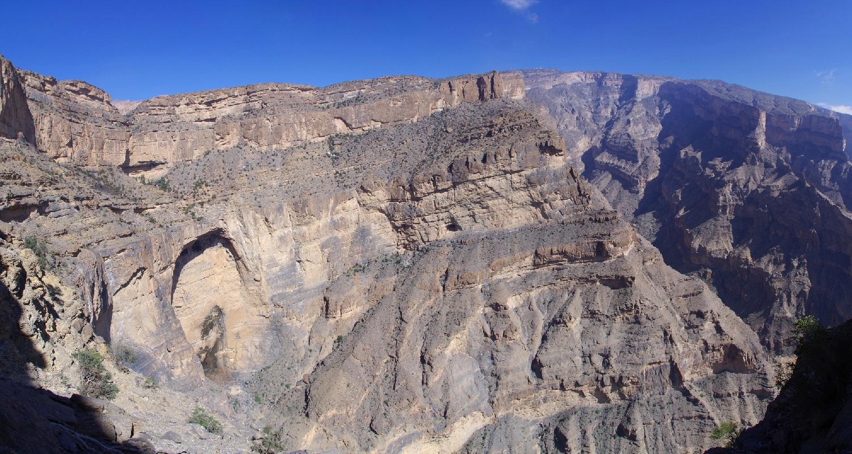 Randonnée dans le Djebel Shams. Nous irons jusqu'au dessus de cette grande arche. Le sommet à 3009 m se situe au niveau des 2 petits points blancs (radars militaires).