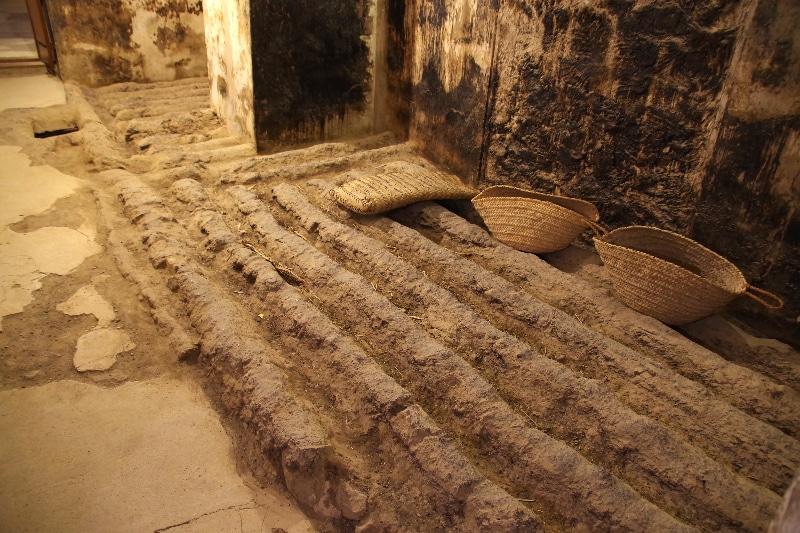 Le château de Jabrin, Sultanat d'Oman. Cellier à dattes avec rigoles pour recueillir le sirop.
