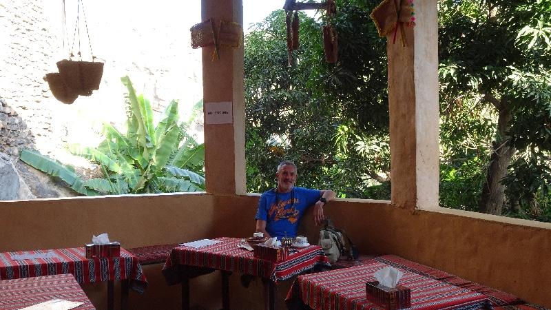 Le village de Misfat. Un café dans ce petit établissement qui propose restauration et hôtellerie. Beaucoup de restaurations pour accueillir de futurs visiteurs.