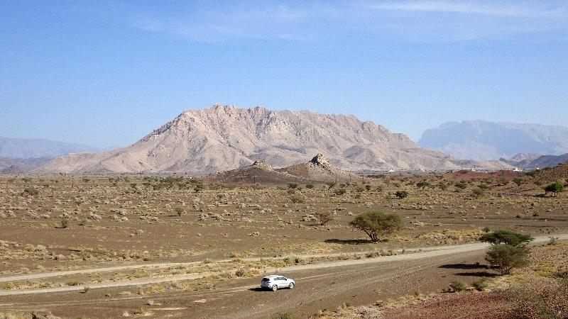 Notre véhicule KIA 4X4 et cette montagne grise dans le fond.