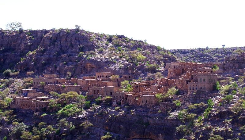 Dans le Wadi Bani Habib, ce petit village abandonné. Dans le vallon en contre-bas, des cultures de noyers.