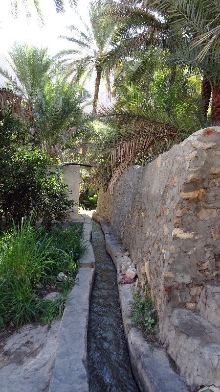 Premier village du Wadi Tiwi. Canal d'irrigation. Sultanat d'Oman.