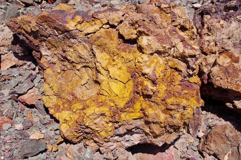 Minéraux de la colline de Zuha. Les sulfures peuvent par la suite s'oxyder.