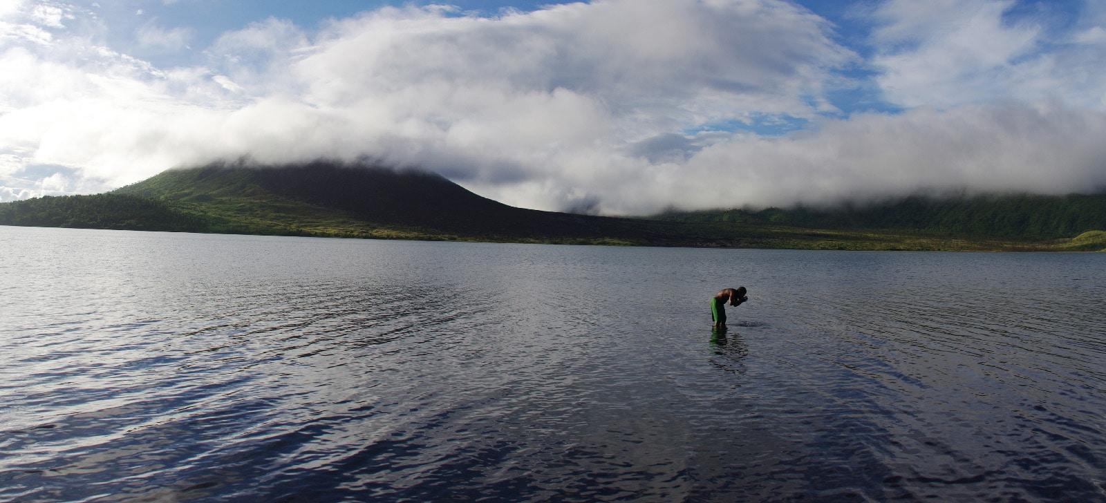 Toilette matinale dans le lac de cratère sur l'île de Gaua.