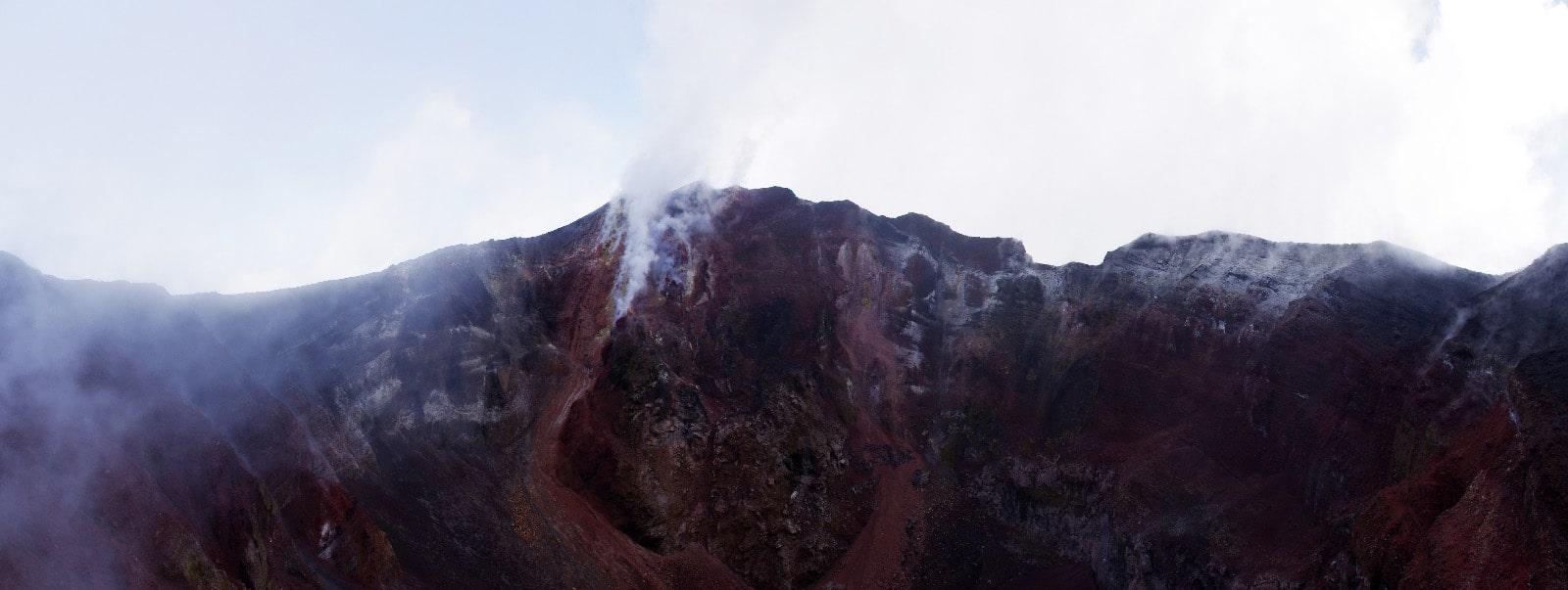 Cratère actif sur l'île de Lopevi, Vanuatu.