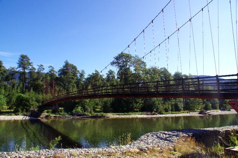 Un des nombreux ponts suspendus au Chili.