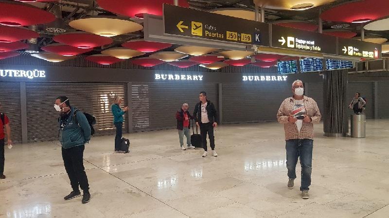 Aéroport de Madrid, commerces fermés, crise COVID-19. Les voyageurs semblent un peu perdus.