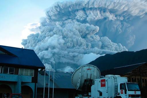 Colonne éruptive le 2 mai 2008, quelques heures après le début de l'éruption. (Wikiwand - Erupción del volcán Chaitén de 2008)