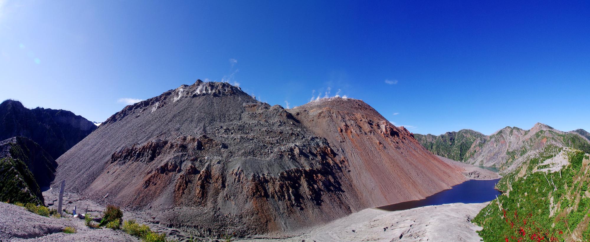 Dômes volcaniques dans la caldeira du volcan Chaitèn.