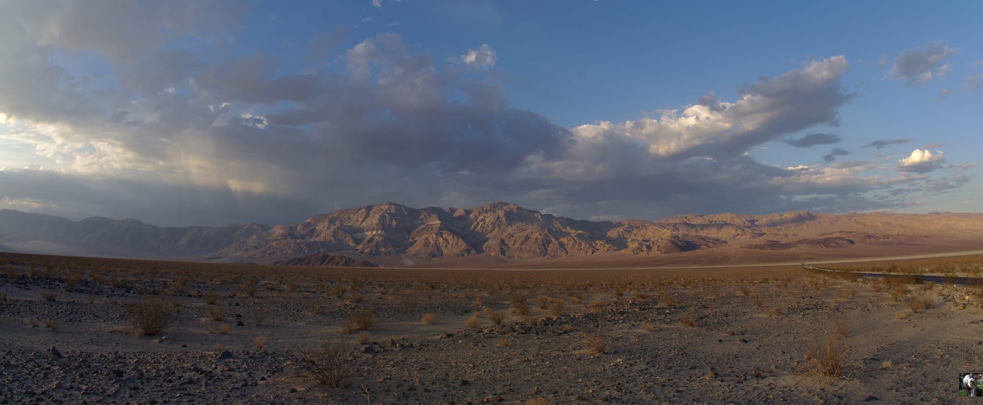 Death Valley, le coucher de soleil donne ces couleurs chaudes au paysage.