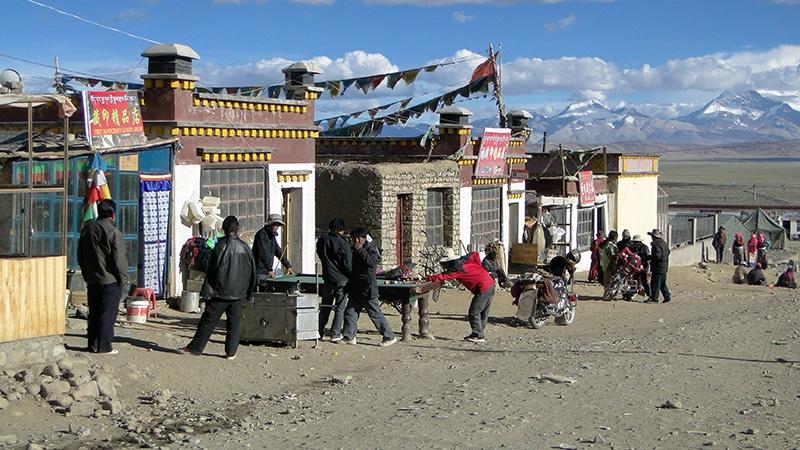 Les rues de Darshen quasi déserte. Quelques touristes seulement et les locaux qui jouent au billard.