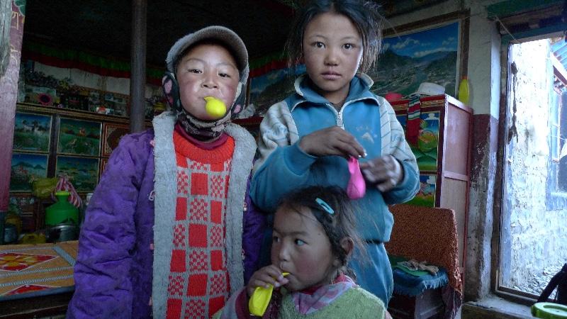 Les enfants de Sondja a qui nous avons offert des ballons avant notre départ.
