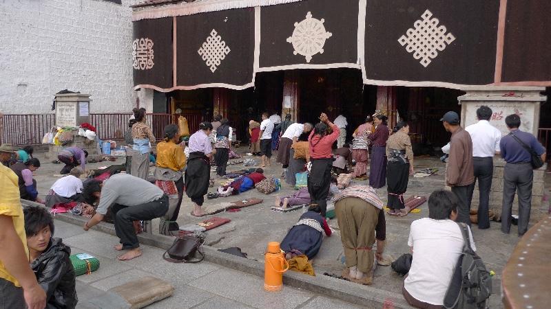 Pèlerins se prosternant devant le Jokhang à Lhassa.