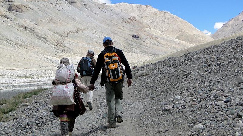 Sondja et Ludo main dans la main pour affronter le chemin de la Kora.