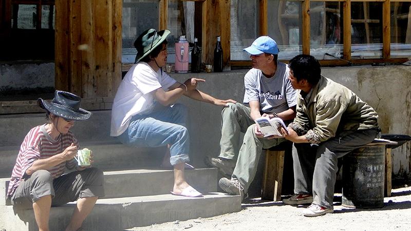Hostellerie du monastère de Dira-puk, quelques touristes.