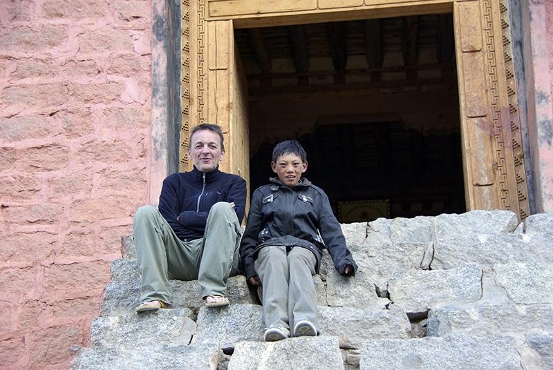 Un jeune pèlerin curieux de voir des occidentaux en ces lieux.