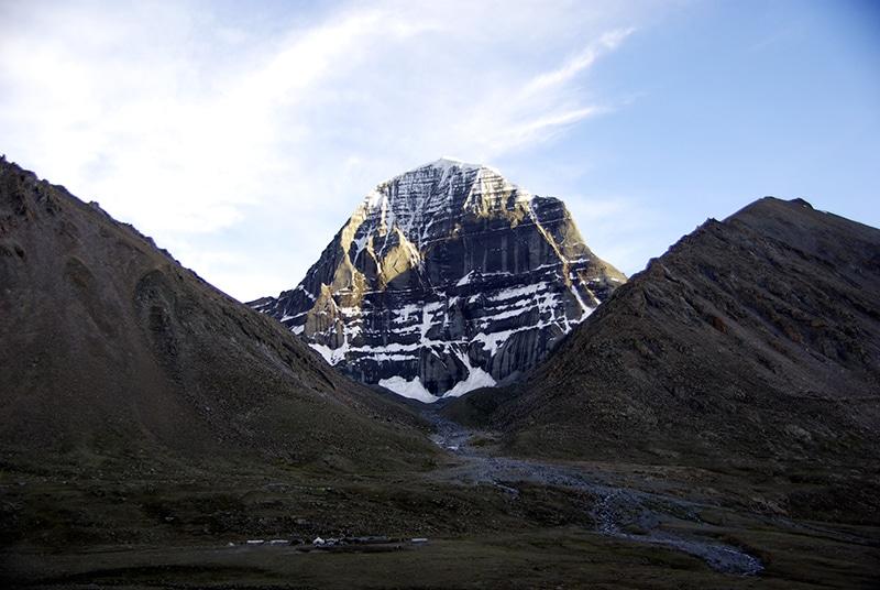 Le mont Kailash se pare de jolies couleurs chaudes lors du coucher de soleil.