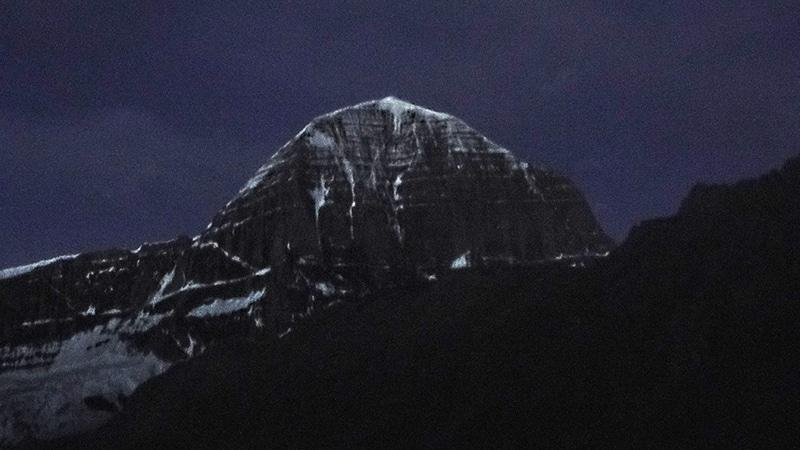 Départ de nuit pour notre seconde étape, le mont Kailash dans la pénombre.